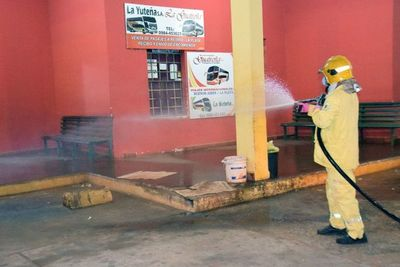 Bomberos amarillos trabajan para desinfectar SJN