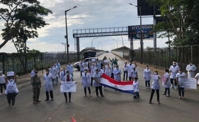 Médicos se movilizaron exigiendo continuidad de aislamiento total