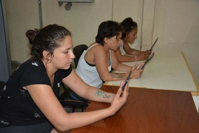 Reclusos se comunican con familiares mediante videollamadas