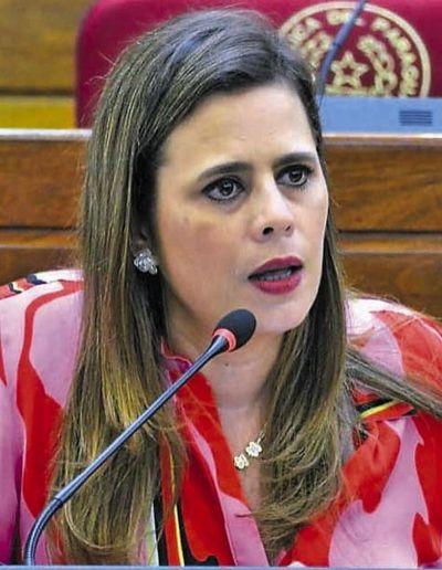 Kattya González le pide al  Presidente cortar privilegios