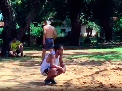 Ronaldinho juega piki-voléy en su tiempo de esparcimiento