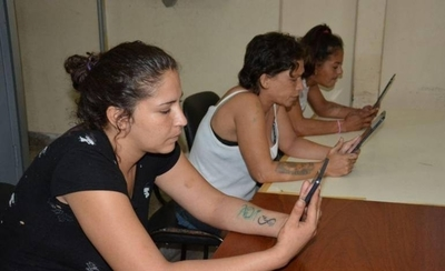HOY / Facilitan tablets a reclusos para comunicarse por videollamada con sus familiares