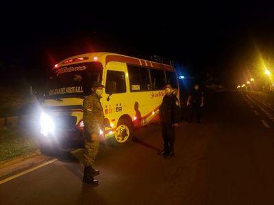 Pasajeros de un bus aislados en hospedaje tras ser detenidos por la Policía en Concepción