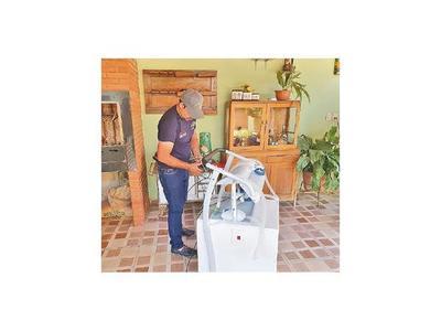 Carpintero construye   respirador casero