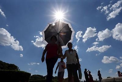 Lunes con temperaturas calurosas y chaparrones