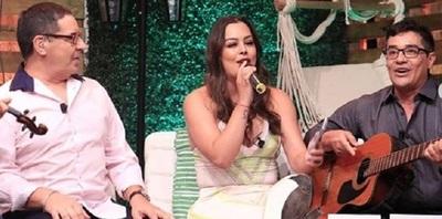 Larissa Riquelme cantó junto a Los Ojeda