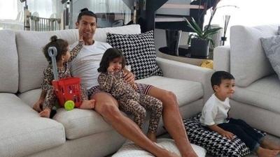 """HOY / Cristiano Ronaldo: """"Quédate en casa y ayudemos a los sanitarios"""""""