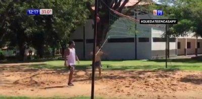 """Ronaldinho pasa su reclusión en la Agrupación jugando al """"piki"""""""