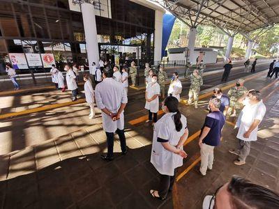 Médicos se oponen a que más paraguayos ingresen al país  y vuelven a movilizarse en la zona primaria