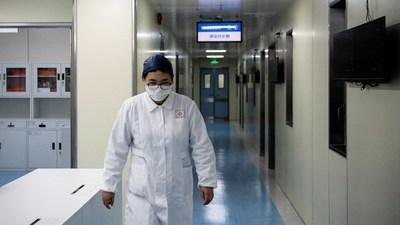 """El científico que lideró la lucha contra el coronavirus en China revela el """"gran error"""" que cometen EE.UU. y Europa"""