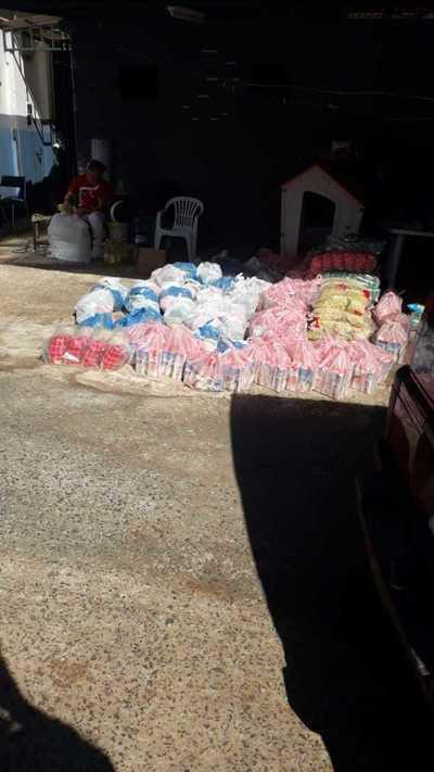 Jóvenes se solidarizan y proveen cestas básicas a familias carenciadas