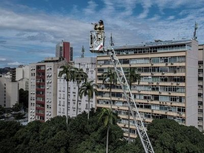 Un bombero ofrece un concierto a 50 metros de altura a confinados en Río