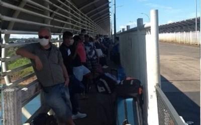 Compatriotas acampados en el puente de la Amistad esperarán hasta el 12 de abril para ingresar al país, dicen