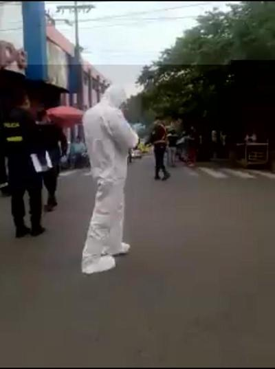 Hombre falleció por muerte súbita formando fila en un supermercado