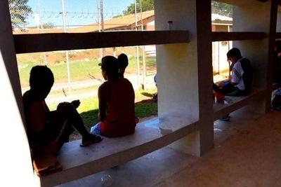 HOY / Jóvenes privados de libertad ya no reciben visitas y piden enviarles cartas: muchos sufren de depresión