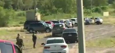 HOY / Nadie pasa: arman corralón improvisado y retienen autos en Ñu Guasú