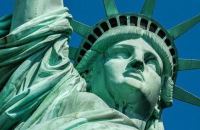 ¿Por qué los casos de infectados de COVID-19 se ha disparado tanto en Estados Unidos?
