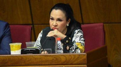 Senadora fue a sesión pese a presentar síntomas y sin tapabocas