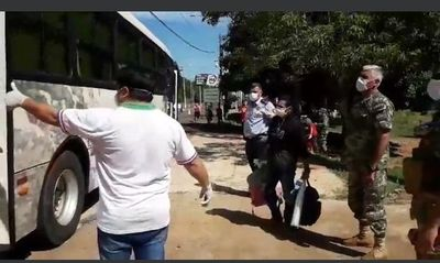 Grupo de jóvenes es trasladado a Asunción para la cuarentena debido al rechazo en Canindeyú