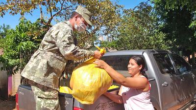 Armada Paraguaya realiza donaciones de kits alimentarios.