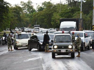 Intenso movimiento vehicular pese a cuarentena total en la zona de Ñu Guasu