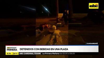 Detenidos con bebidas en una plaza