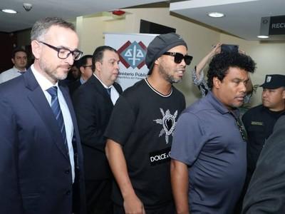 Conceden prisión domiciliaria para Ronaldinho y su hermano