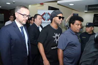 Ronaldinho y su hermano con prisión domiciliaria en un hotel