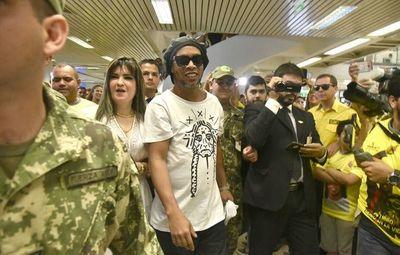 """Ronaldinho generó """"entusiasmo"""" entre reclusos de la Agrupación"""