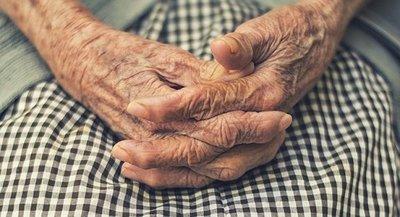 Abuelo muere por coronavirus luego que su nieto rompiera la cuarentena y lo contagiara