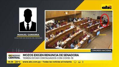 Mozos exigen renuncia de senadora