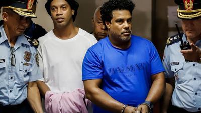 Ronaldinho y su hermano cumplirán prisión domiciliaria