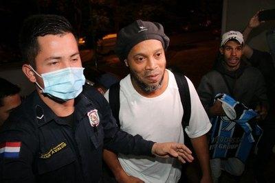 El regalo de Ronaldinho a Bruno, un hincha paraguayo