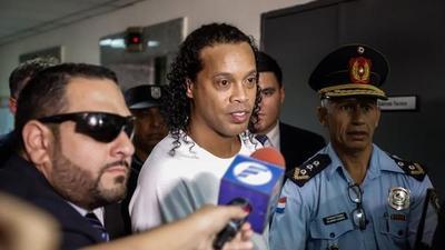 Ronaldinho dejó la cárcel y está con prisión domiciliaria en un hotel de Asunción