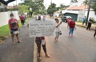 HOY / Bañadenses fueron hasta la casa de Mario Abdo para exigir asistencia