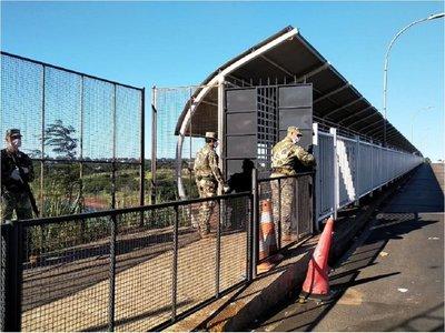 Covid-19: Militares colocan portón en el Puente de la Amistad