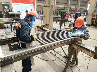 Casi 100 personas fabrican camas para futuros hospitales de contingencia