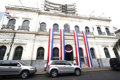 Cancillería pide más recursos para atender a compatriotas en el exterior