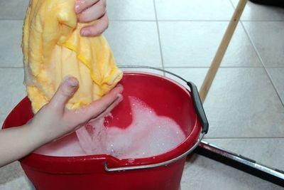 Advierten sobre mezcla de lavandina con alcohol en gel y riesgo de daños en sistema nervioso y pulmones