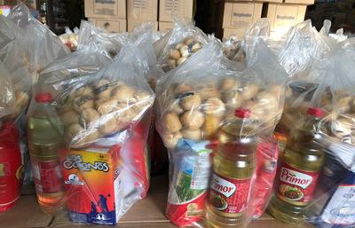 Funcionarios de Yasy S.A entregan 2650 kg de víveres a familias vulnerables