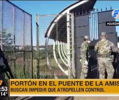 Militares colocan portón en Puente de la Amistad