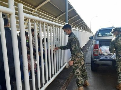 Grupo de 51 paraguayos que llegaron de Brasil esperan ingresar al país