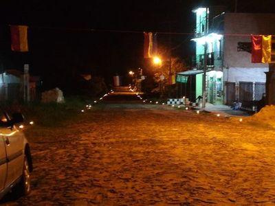 Feligreses iluminan las calles con velas contra el coronavirus