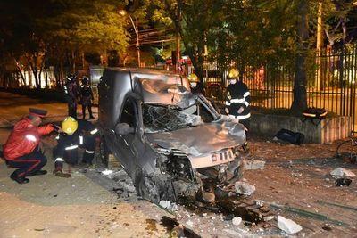 Aparatoso choque contra rejas de la ANDE deja un conductor herido