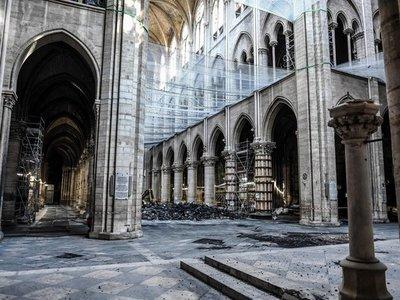 Arzobispo de Notre Dame vuelve a rezar en la catedral tras el incendio
