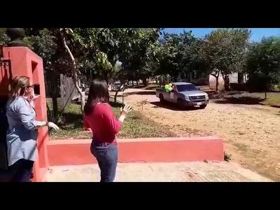 SORPRENDIERON A QUINCEAÑERA CON CARAVANA FRENTE A SU CASA