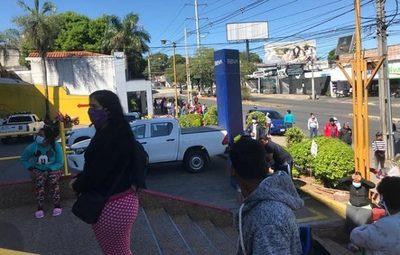 Beneficiarios de Ñangareko se aglomeran frente a supermercado