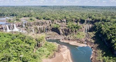 Desoladora postal de las Cataratas del Iguazú por poca agua y nada de turistas