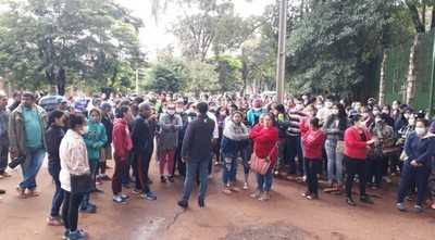 """""""Ya pasamos hambre"""", reclaman manifestantes frente a la Gobernación del Alto Paraná"""
