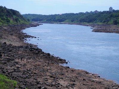 Falta de lluvias provoca bajo caudal de los ríos Paraná e Yguazú